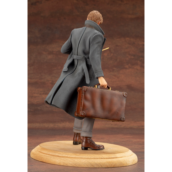 Harry Potter - Fantastic Beasts - Newt Scamander Figure - Packshot 2